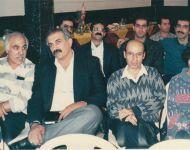 ردیف جلو، از چپ، غلامرضا کیانی رشید (طنزپرداز)، جواد فرهمند (طنزپرداز) و محمد رفیع ضیائی (کاریکاتوریست). ردیف پشت از چپ، آذریار مجتبوی نائینی (شاعر و طنزپرداز)، سیامک ظریفی (شاعر و طنزپرداز)، دکتر شهرام جوادی نژاد (طنزپرداز) و فرامرز آشنای قاسمی (طنزپرداز) - 1373.